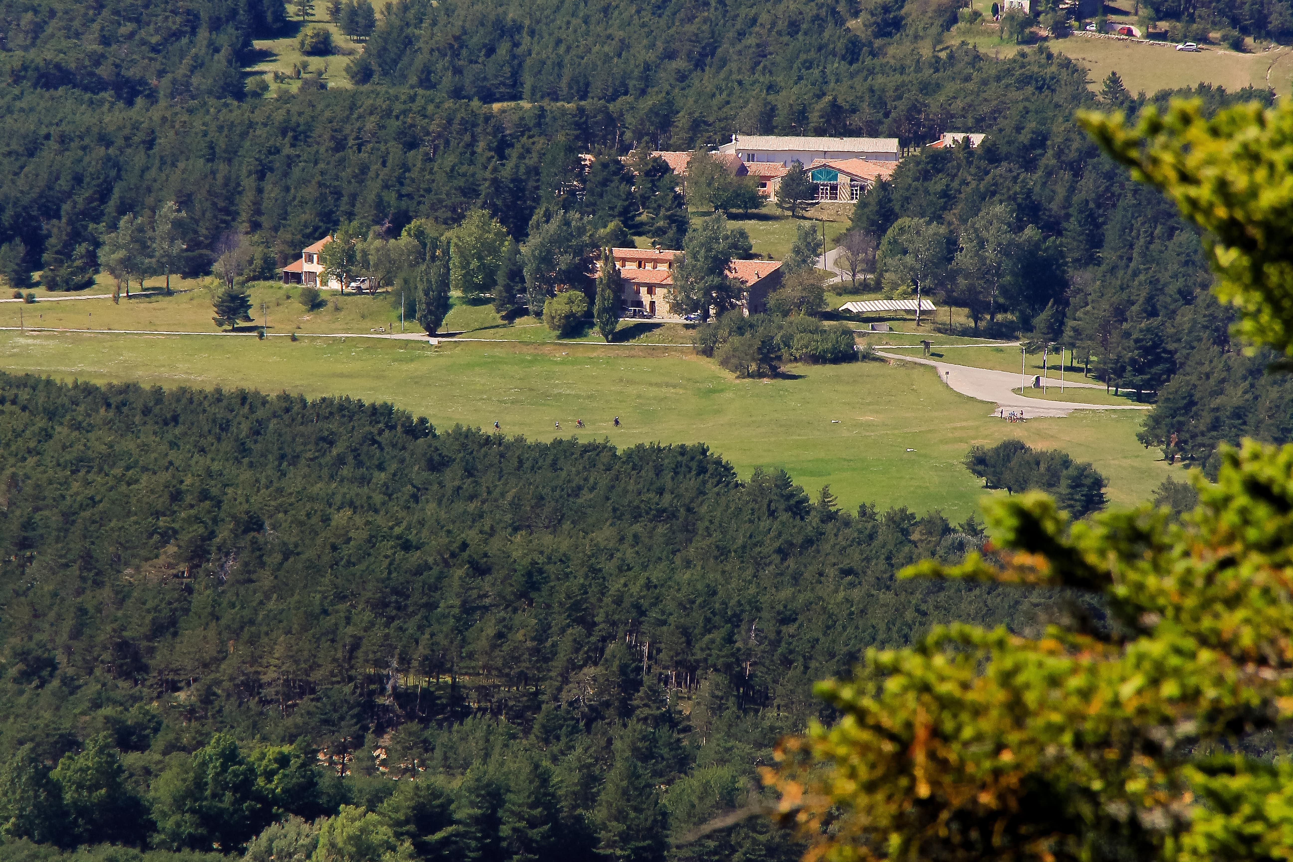 vue panoramique et de haut sur la bastide du logis du pin en pleine foret